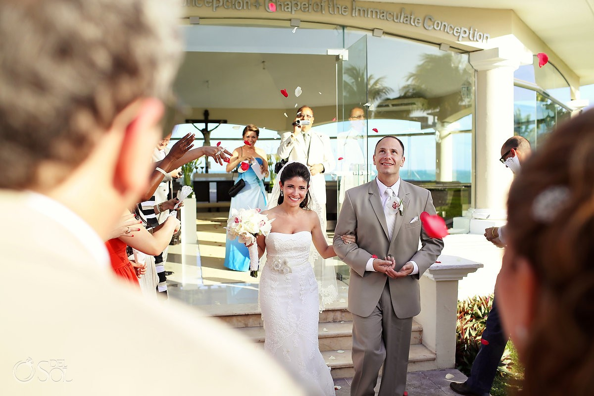 Bride and groom in their Cancun destination wedding