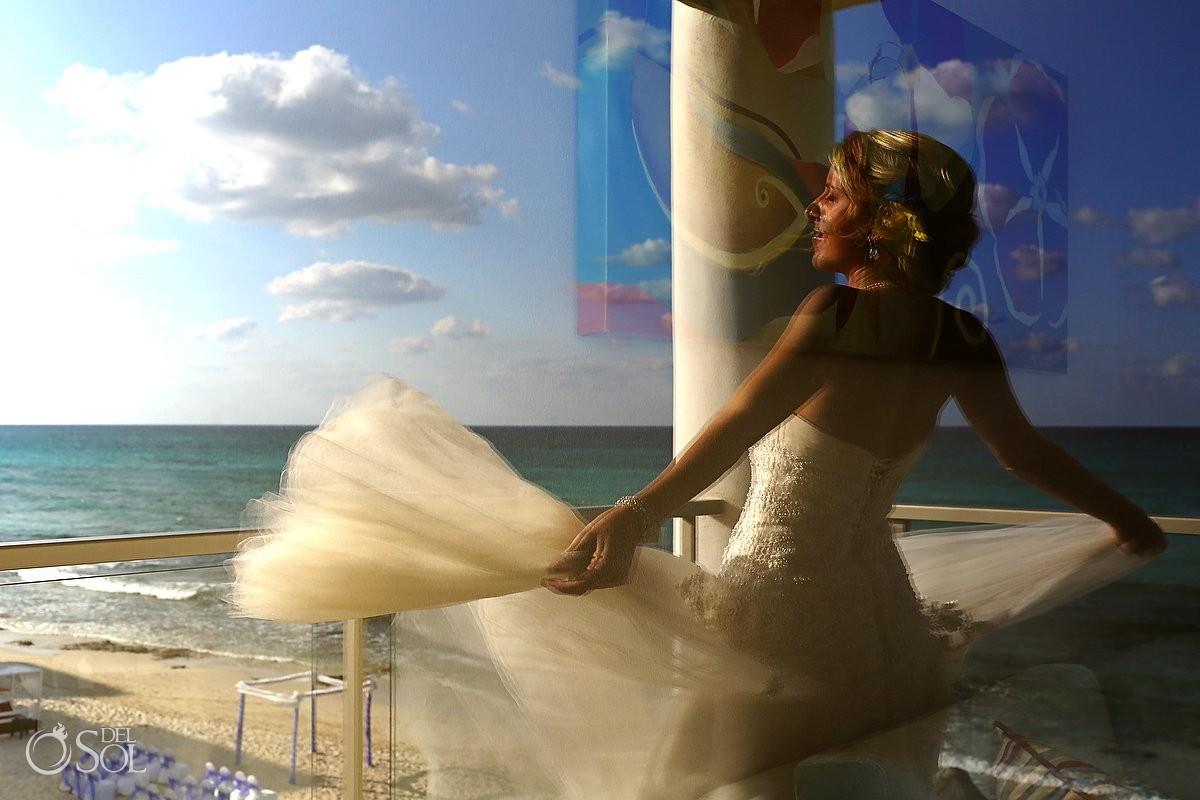 Bride with ocean background Mexico