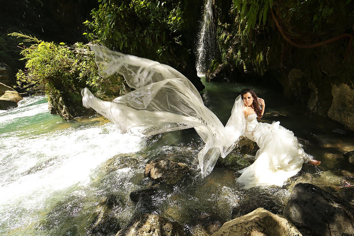 bride in a waterfall for a trash the dress workshop San Luis de Potosi wedding