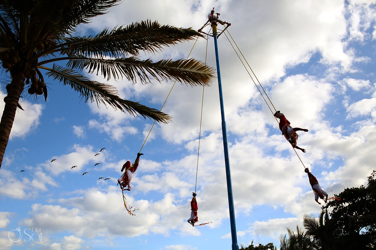 Playa del Carmen 5th avenue street photography Los voladores de Papantla