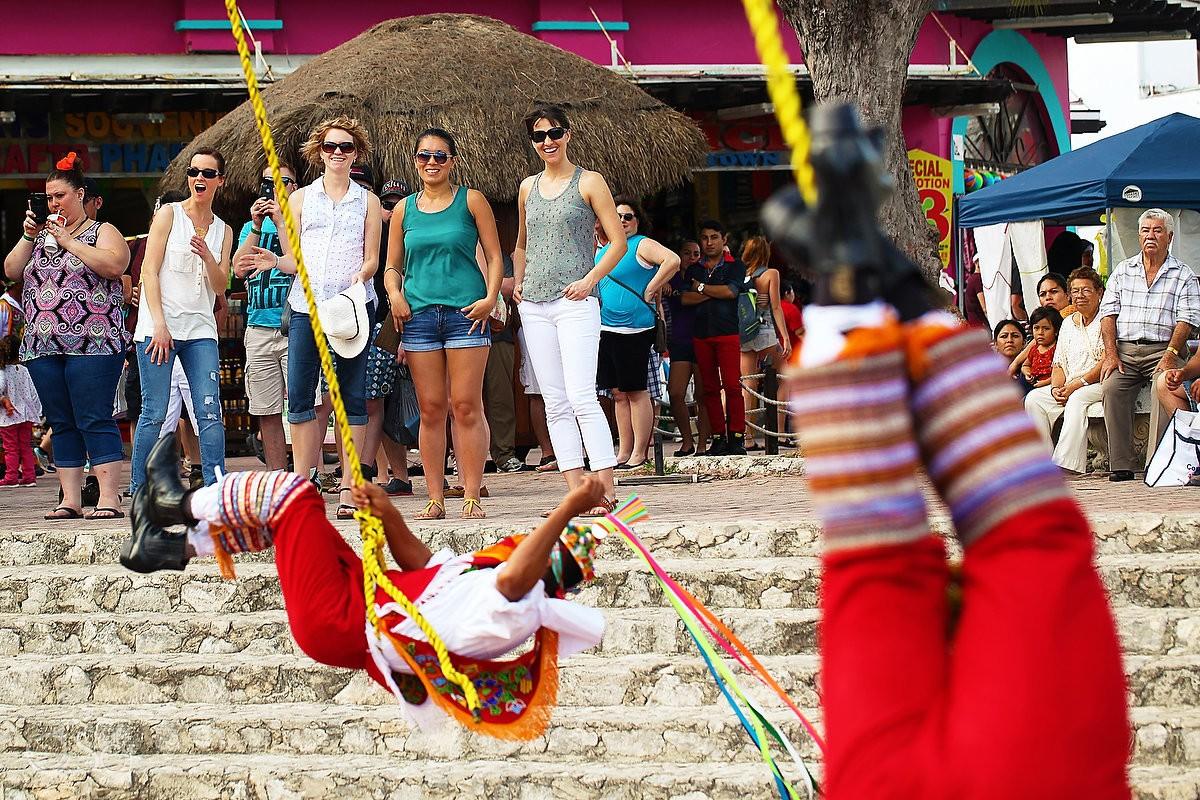 Playa del Carmen 5th avenue street photography Los voladores de Papantla