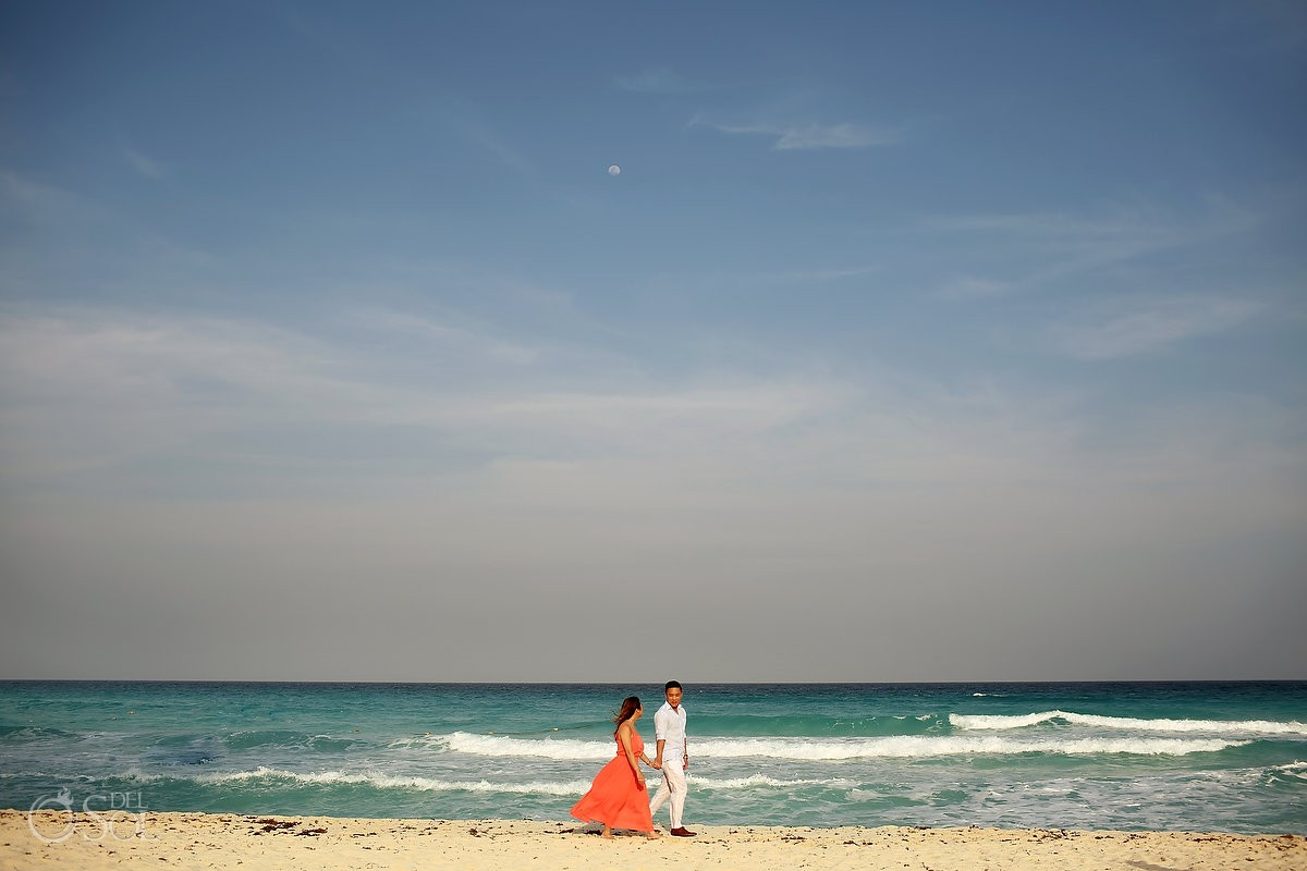 Engagement pictures on the beach in cancun