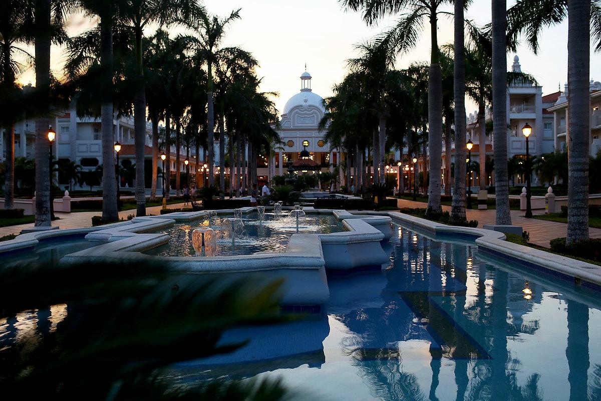 riu palace riviera maya beach wedding jennifer and tony. Black Bedroom Furniture Sets. Home Design Ideas