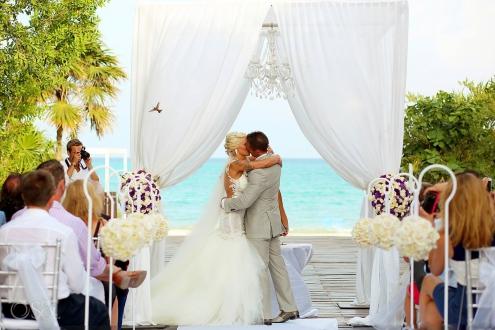 amazing decisive moment buff-bellied hummingbird flies through first kiss gabi bridge Paradisus Playa del Carmen