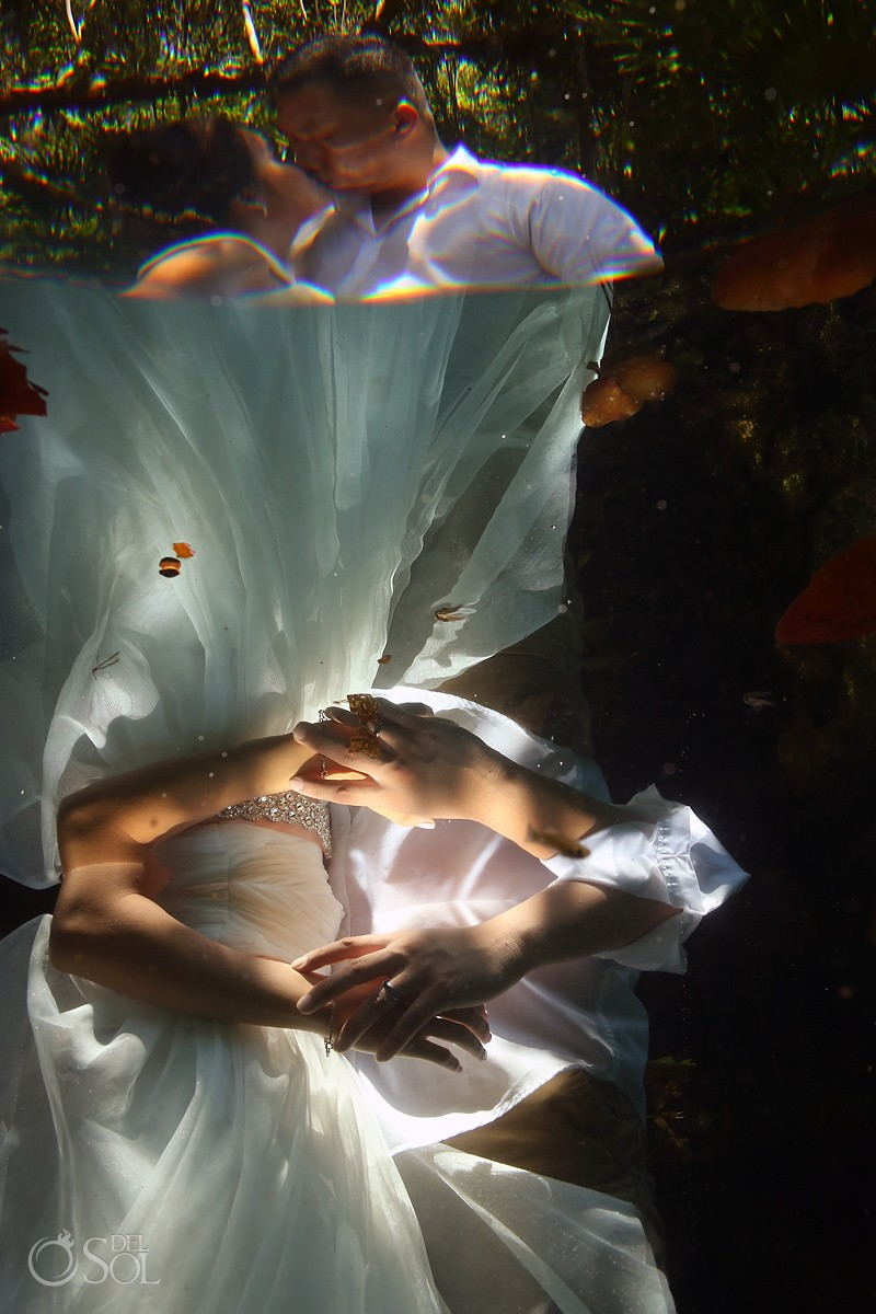 bride groom underwater photographs