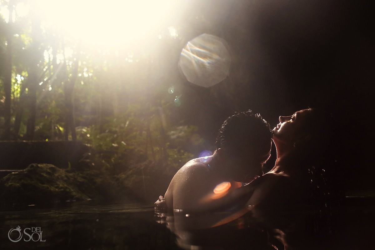 Sexy beso en el agua