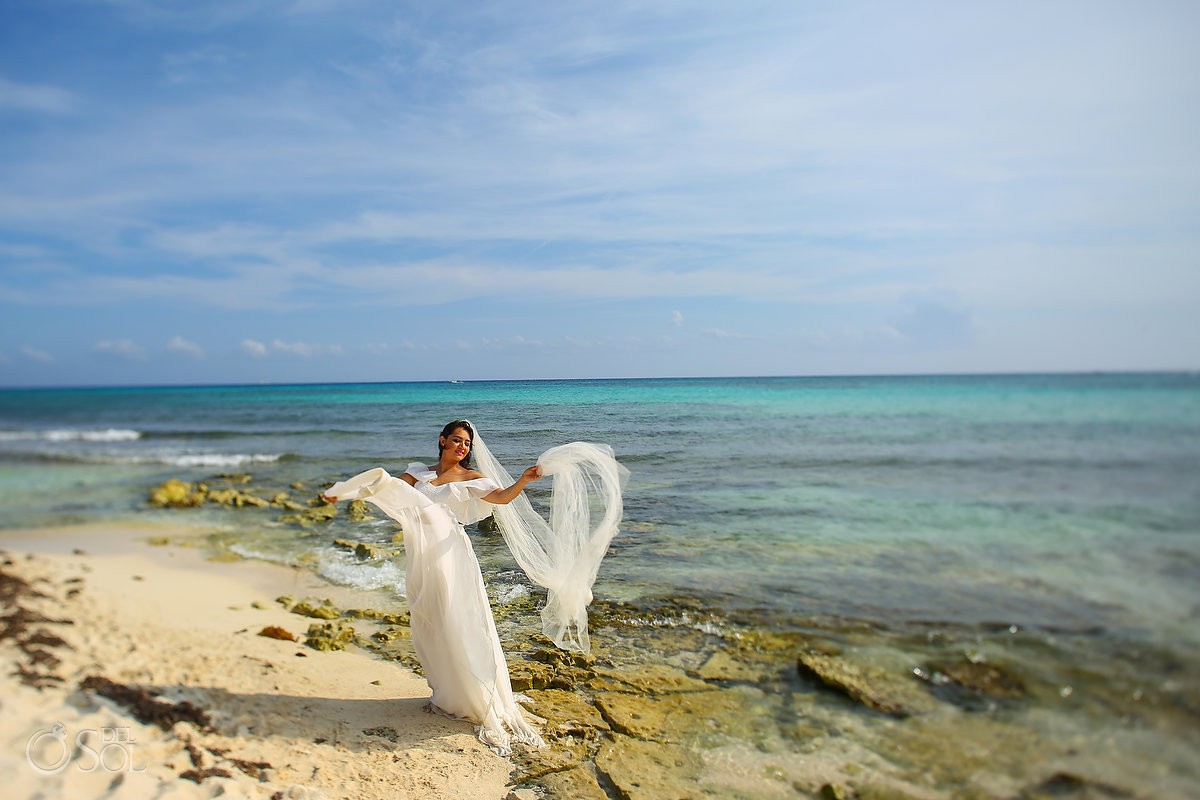 beatiful bride dress flying trash the dress Playa del Carmen México.