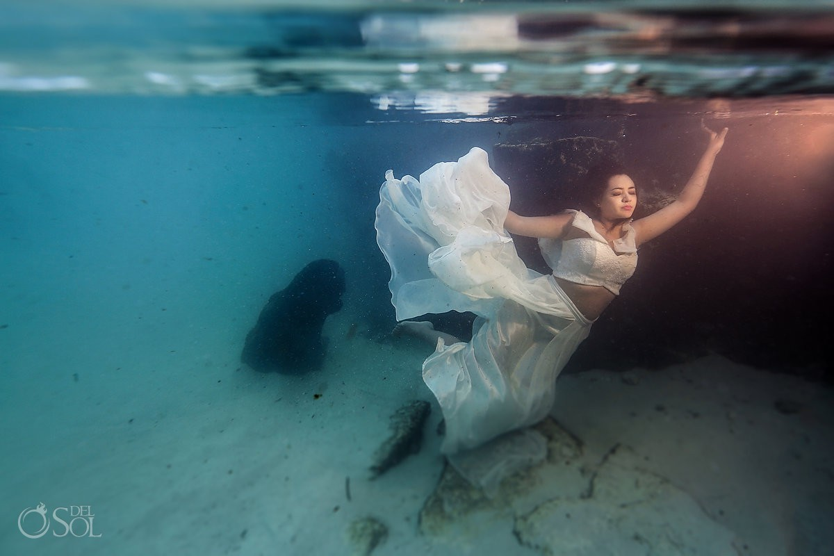 Amazing bride underwater postrait beach trash the dress Playa del Carmen México.