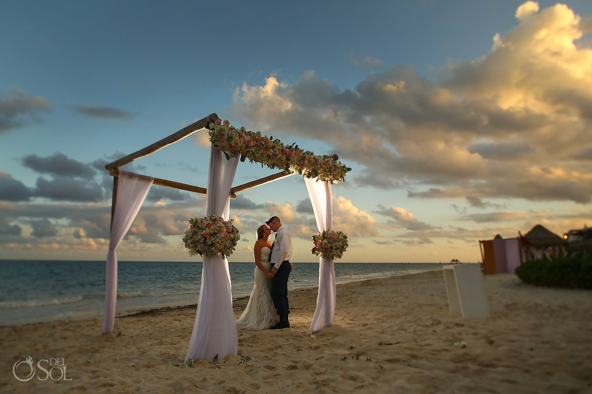 Amazing bride and groom sunset portrait Now Sapphire Riviera Maya México