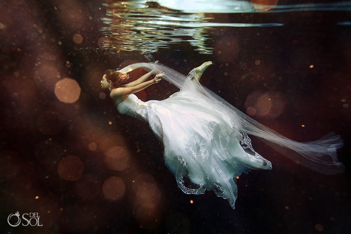 What to wear -Trash the Dress tips - The perfect underwater photo Riviera Maya Mexico #Aworldofitsown