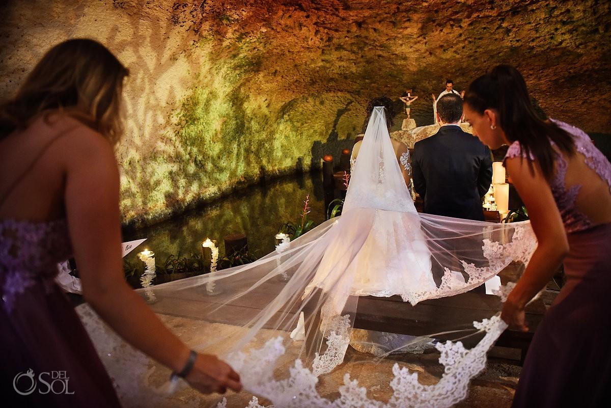 Damas de honor arreglando vestido de novia, ceremonia religiosa capilla de Xcaret Riviera Maya, Mexico