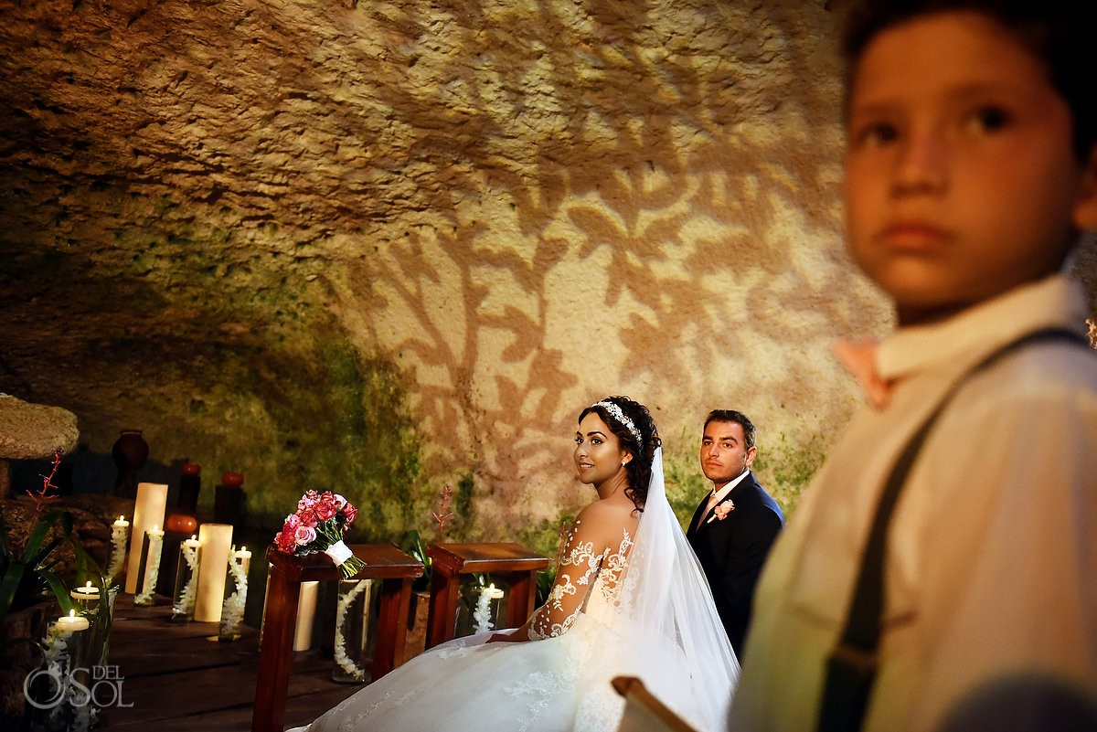 Novia y novio en el altar Capilla nuestra señora de Guadalupe Xcaret Riviera Maya, Mexico