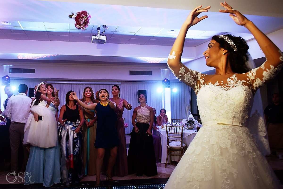 Novia aventando ramo, recepción de boda, emociones de invitados Xcaret and Ocean Riviera Maya Mexico