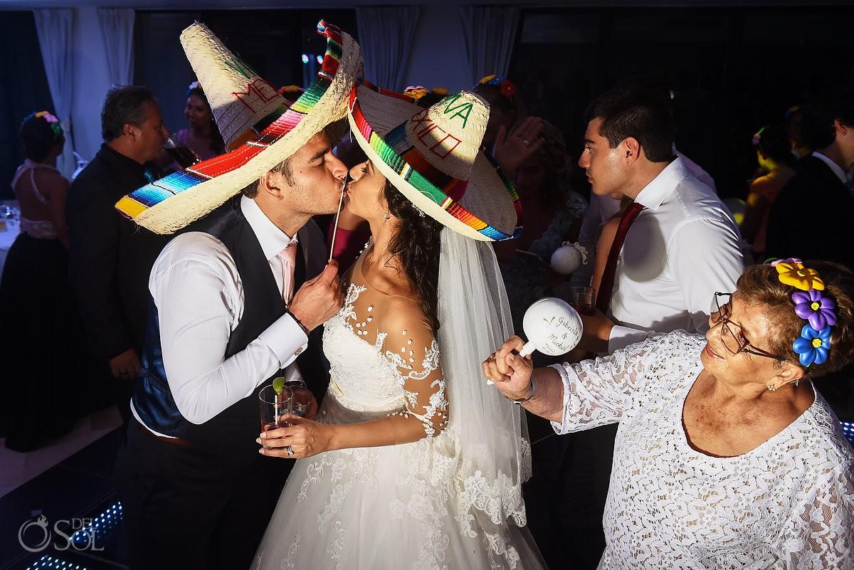 Fiesta de boda, recepción de boda novia y novio con sombreros mexicanos celebrando su amor Xcaret and Ocean Riviera Maya Mexico