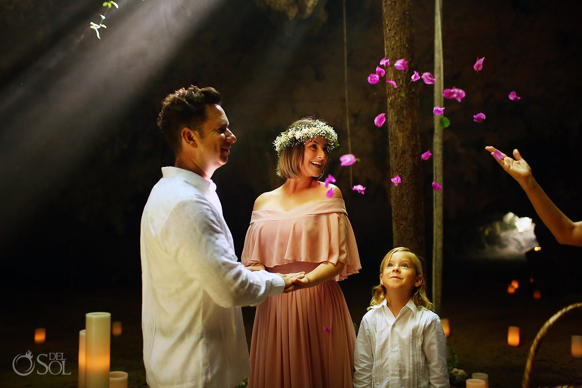 renovación de votos familiar Celebration of love vow renewal kids having fun Tulum Mexico