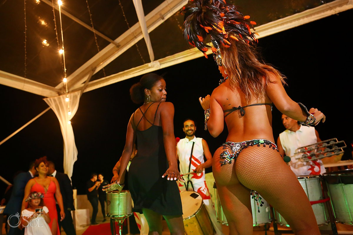 Fun reception ideas Brazilian carnival dancer Kay Club Bahia Petempich Cancun Mexico