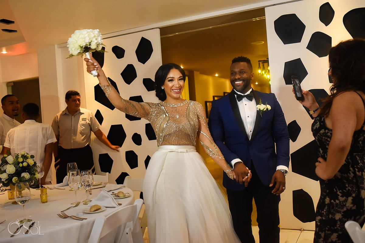 Newlyweds Big Entrance Light Natural Flowers Bouquet L'Fay Bridal Tulle Transparencies Embroidered Sparkling Stones Grooms A Suit That Fits Blue Dark Model Azul Fives Ball Room