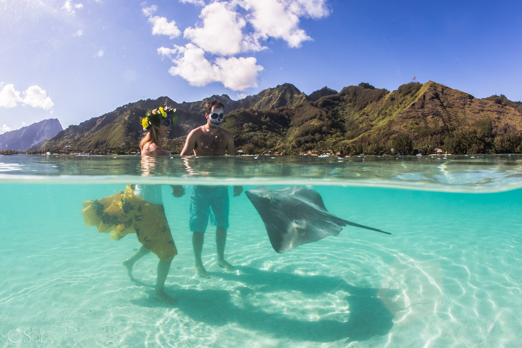 Stingray playin with a Catrina Couple Subaquatic Picture clear magic water Lovely moment Tahiti Mountains